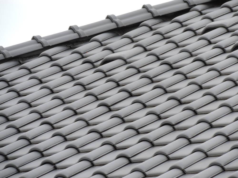 Keramická strešná krytina Röben monza plus antracitová engoba - realizácia strechy hrebeň strechy