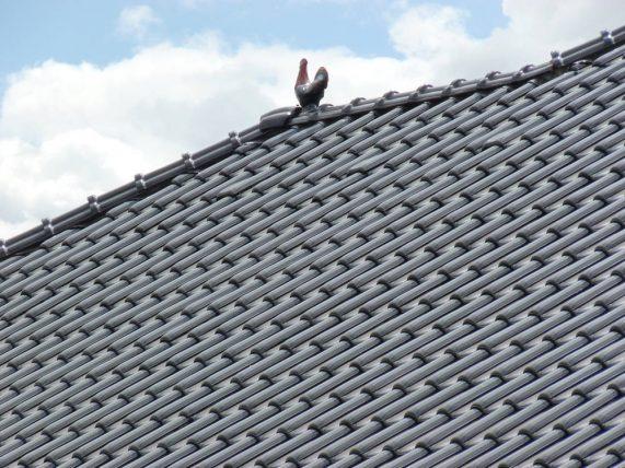 Keramická strešná krytina Röben monza plus maduro - realizácia strechy - keramický okrasný prvok - kohút