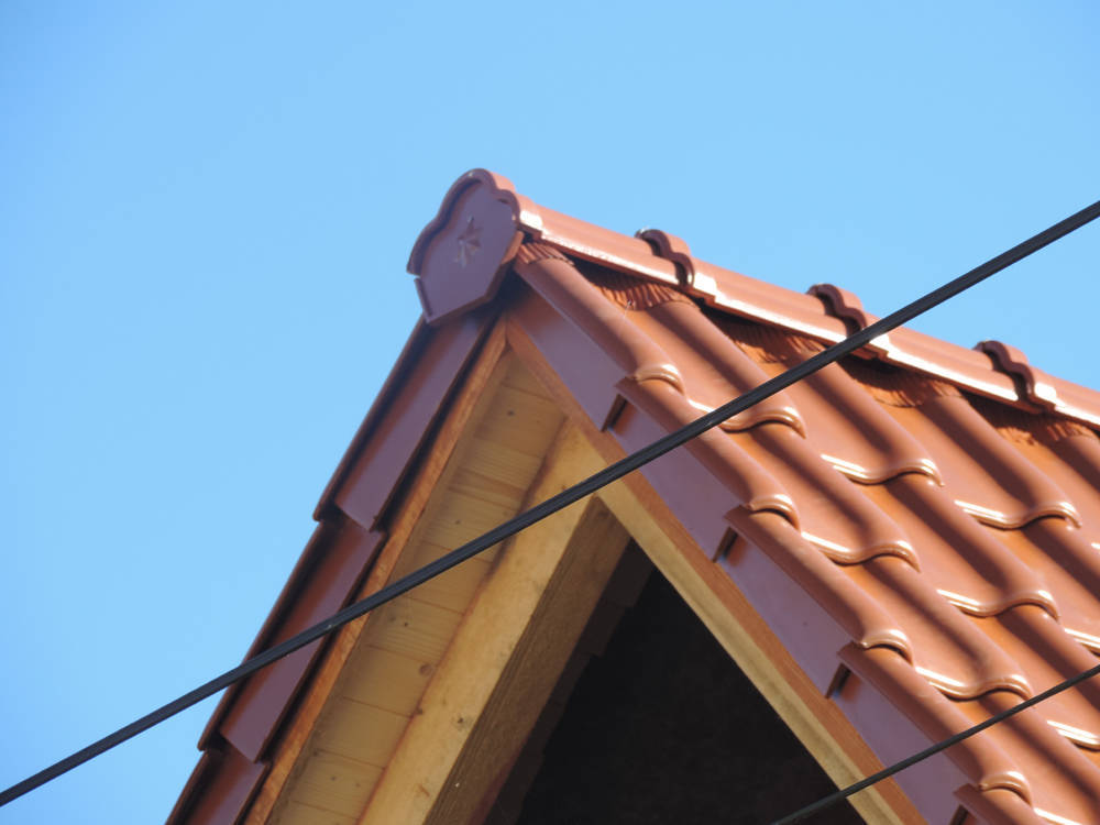 Keramická strešná krytina Röben monza plus medená engoba - realizácia strechy ukončenie hrebeňa