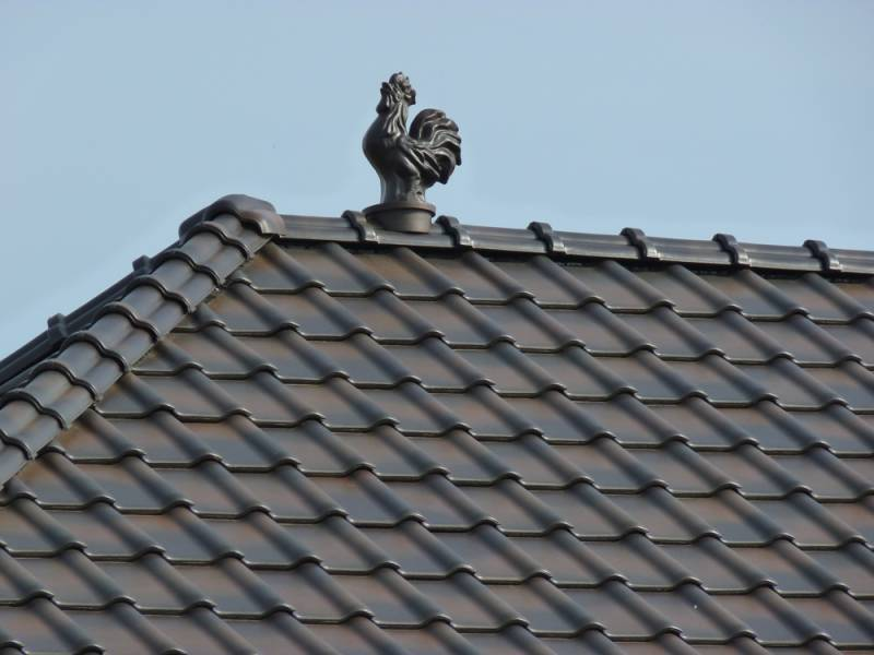 Keramická strešná krytina Röben piemont jesenný list - realizácia strechy - aj s keramickým doplnkom kohút
