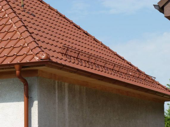 Detail strechy s keramickou škridlou Röben Piemont Medená engoba a snehovou zábranou