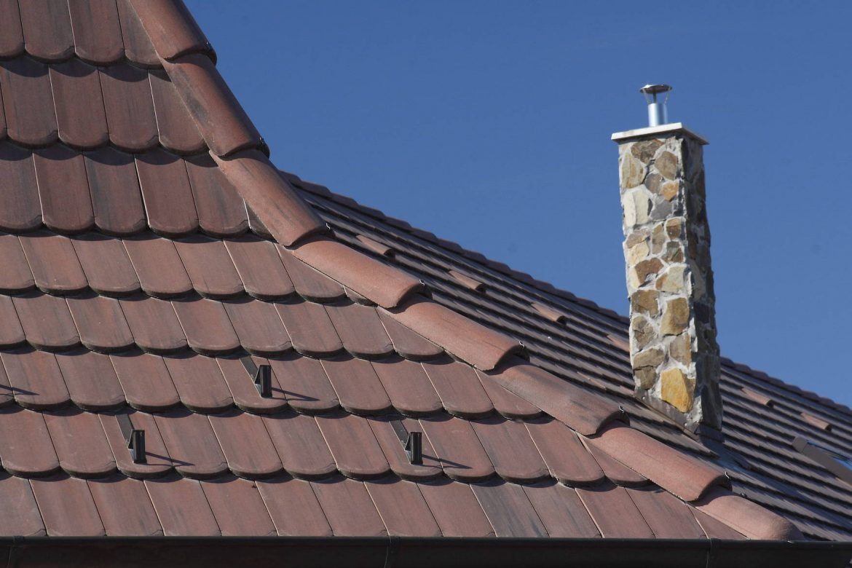 Betónová strešná krytina Terran Rundo antická červená realizácia strechy detail