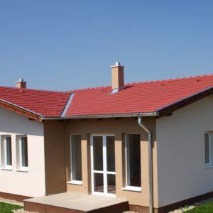 Betónová škridla Terran Rundo višňová realizácia strechy