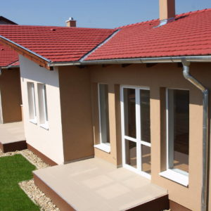 Betónová strešná krytina Terran Rundo višňová realizácia strechy