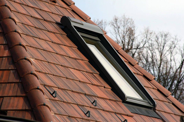 Betónová strešná krytina Terran Zenit antická červená - realizácia strechy detail strešné okno