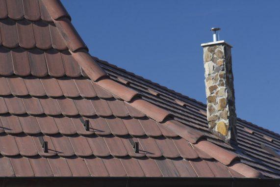 Detail strechy s betónovou škridlou Terran Rundo. Herbenáč a komín