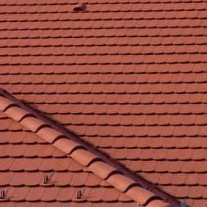 Detail strechy s betónovou škridlou Terran Rundo Tehlovočervená
